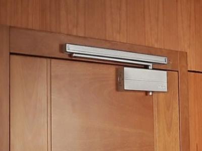 תקן EN 1154: 1997 – מדריך מפורט לתקינת מחזירי דלתות