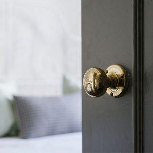 ידיות כפתור לדלתות –  מדריך מפורט